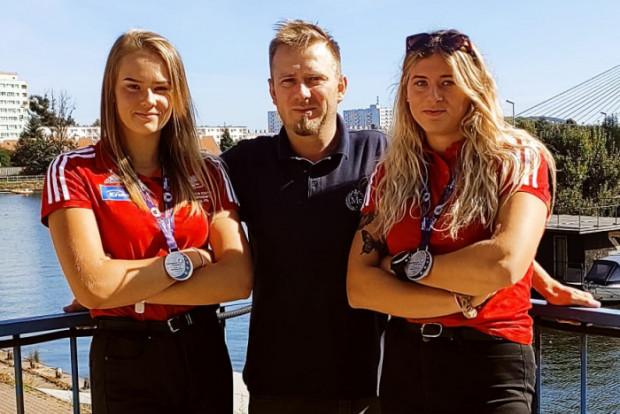 Młodzieżowe wicemistrzynie Europy w wioślarstwie: Anna Potrzulska (z lewej) i Izabela Pawlak wraz z trenerem klubowym Michałem Rychlickim.
