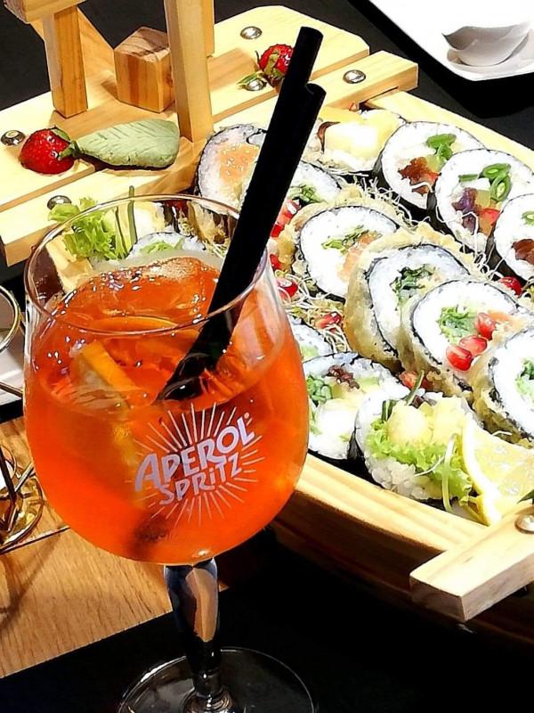 W Sushi Siedem promocja z aperolem w roli głównej trwa codziennie w godz. 16-18:30, a w piątki przez cały dzień.