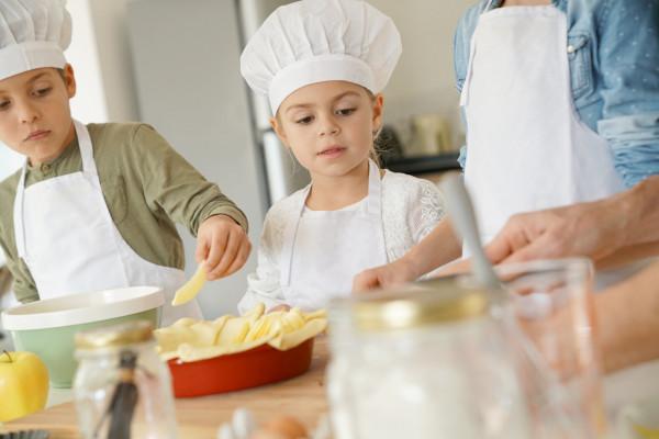 Dzieci uwielbiają zajęcia w kuchni, warto w nich rozwijać takie pasje i ciekawość.
