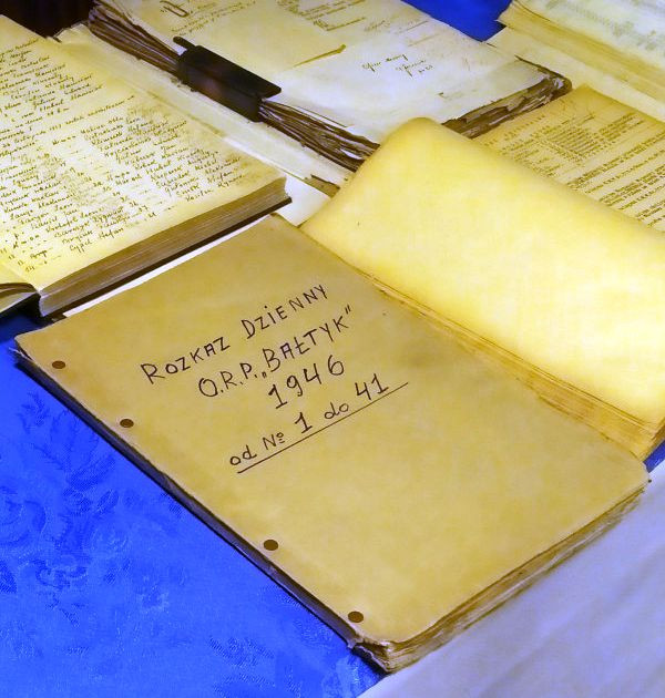Wśród odnalezionych po latach dokumentów znajdują się m.in. rozkazy z OORP Bałtyk, Błyskawica, Orzeł, Piorun. Teraz trafią one do Muzeum Marynarki Wojennej w Gdyni.