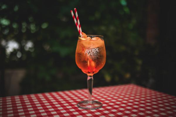 Aperol Spritz to bardzo popularny drink, który możemy spotkać już w niemal każdej restauracji.