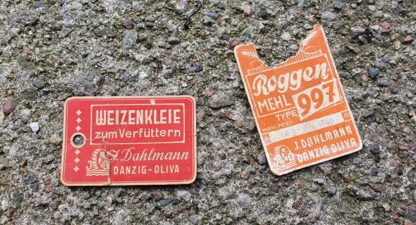 Metki od worków z mąką z czasów wojny, kiedy właścicielem młyna był Julius Dahlmann. Na pomarańczowej metce wybito datę 9 września 1940.