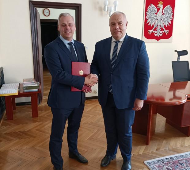 Gdański radny Karol Rabenda (z lewej str.) odebrał dziś z rąk Jacka Sasina nominację na wiceministra.