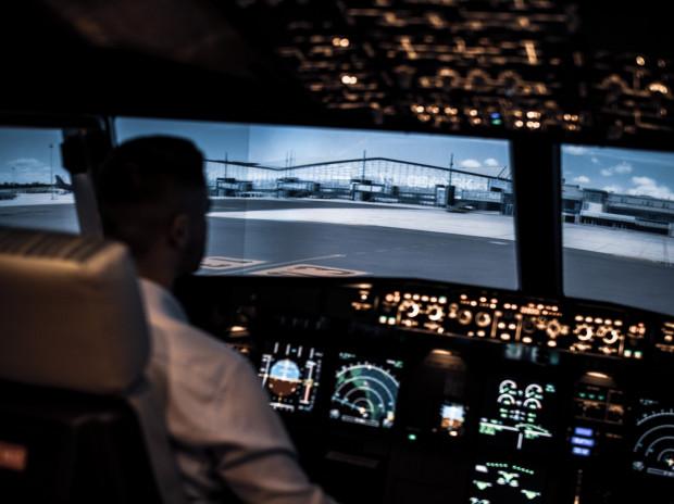 W symulatorze lotów można wykonywać starty i lądowania z gdańskiego lotniska.