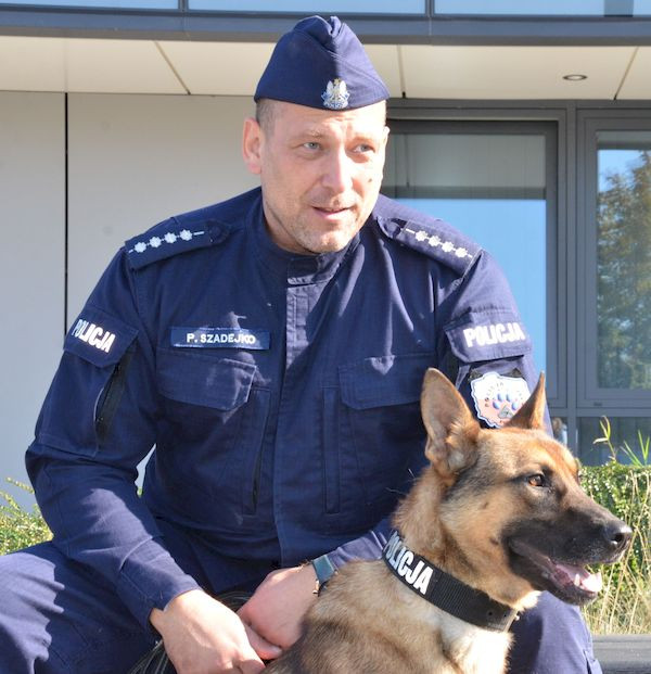 Owczarek Korek ze swoim przewodnikiem i opiekunem, asp. sztabowym Przemysławem Szadejko.