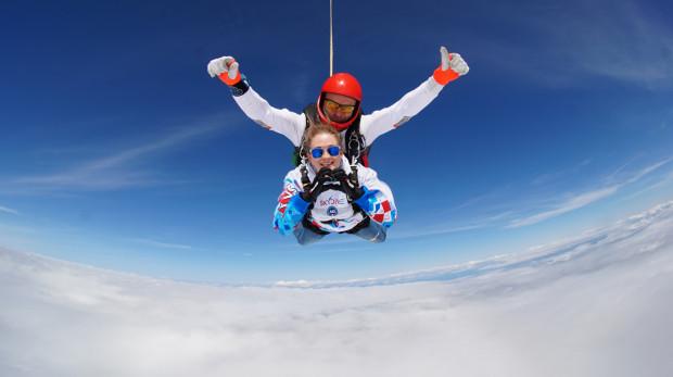 Skoki w tandemie odbywają się z 4 tys. metrów wysokości.