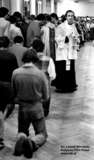 Strajk w Akademii Medycznej w Gdańsku w listopadzie 1980 r. na znak solidarności ze strajkującymi i okupującymi pomieszczenia w budynku Urzędu Wojewódzkiego przedstawicielami służby zdrowia. Komunii św. udziela ks. Dutkiewicz.