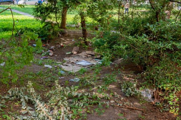 Podwórko u zbiegu Rajskiej i Heweliusza jest enklawą bezdomnych. Wszędzie widać śmieci i kartony, na których śpią osoby w kryzysie bezdomności.