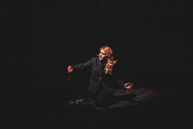 """Katarzyna Wietrzny (Leonora) jest znakomitą artystką, ale podczas piątkowej premiery dała jedynie szczątkowy popis swoich możliwości. Ktoś, kto nie znał libretta miałby spory problem ze wskazaniem roli tytułowej, bo ta kreacja niczym się nie wyróżniała na tle pozostałych. Chwilami bardziej wyrazisty wydawał się Florestan - najbardziej jednowymiarowa postać w całym """"Fideliu""""."""