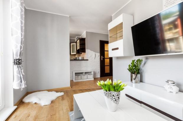 Jeśli mieszkanie ma mieć maksymalnie niską cenę zakupu, będzie małe. W takim przypadku, nawet jeśli cena metra kw. będzie wysoka, to cała kwota zakupu może okazać się do zaakceptowania.