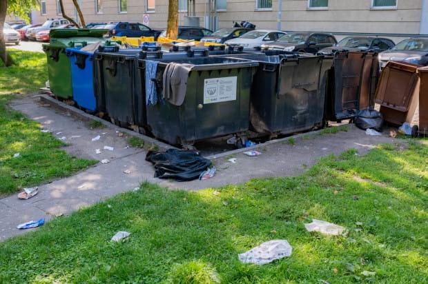 Problemem może być także brak wiaty śmietnikowej zamkniętej na klucz. Z pobliskich śmietników bezdomni wyciągają jedzenie, a śmieci rozrzucają po podwórku.