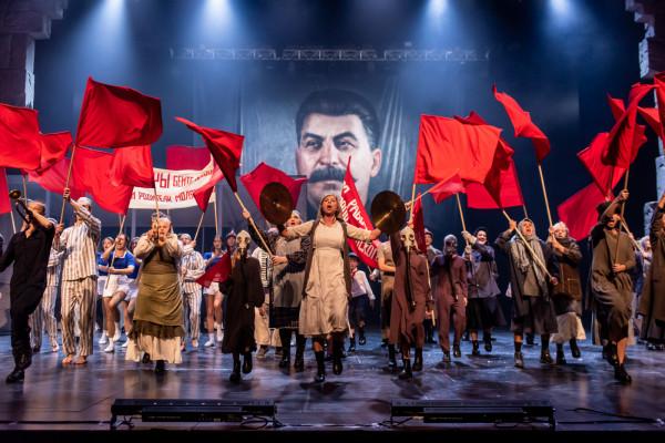 Bardzo efektownie wyglądają sceny zbiorowe w socjalistycznej, stalinowskiej Moskwie.