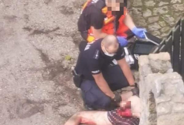Mężczyznę zatrzymali funkcjonariusze. Był zakrwawiony i miał na sobie tylko bieliznę.
