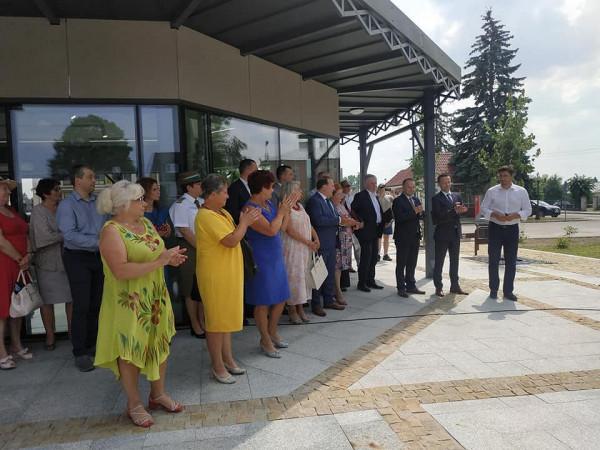 Podczas otwarcia nowego placu w Janowie Podlaskim oficjele kryli się przed słońcem pod dachem nowego pawilonu. Mogliby pod drzewami, ale w ramach zakończonej właśnie rewitalizacji, wszystkie wycięto.
