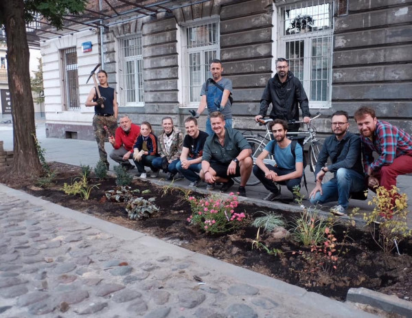 Jan Mencwel (pierwszy z prawej) przeprowadził w stolicy głośną akcję rozbrukowania ul. Stalowej, na której w miejscu dotychczasowych płyt chodnikowych posadzono kwiaty i krzewy.