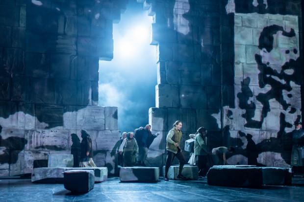 """Momentami plany akcji """"Mistrza i Małgorzaty"""" niemal się na siebie nakładają. Upadek muru należy do najciekawszych zabiegów inscenizacyjnych całego spektaklu."""