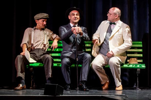 Od pierwszych chwil intryguje demoniczny, dystyngowany Woland w wykonaniu Roberta Gonery (w środku). Na zdjęciu z Iwanem Bezdomnym (Mateusz Deskiewicz, po lewej) i Berliozem (Jacek Wester, po prawej).