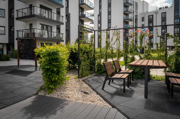Idea. Zieleń pomaga tworzyć przytulne zakątki między budynkami, co sprzyja sąsiedzkiej integracji.
