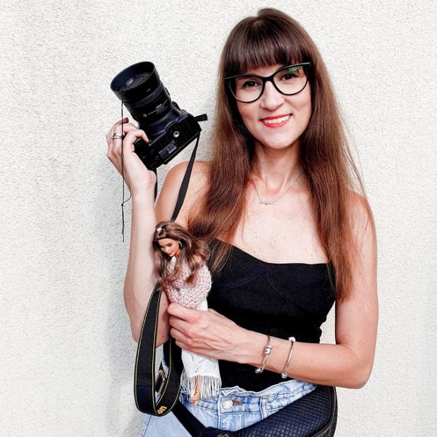 Izabella Kwella, z wykształcenia architektka, zajmuje się fotografią lalek od 2016 roku.