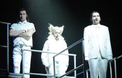 Wszyscy Krzyżacy w spektaklu Marcina Kołaczkowskiego ubrani są na biało, z niemal anielską poświatą. Na zdjęciu od lewej: Ulryk von Jungingen (Cezary Studniak), Zygfryd de Löwe (Jan Janga Tomaszewski) i Kuno von Lichtenstein (reżyser spektaklu, Marcin Kołaczkowski).