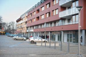 Południowo-zachodnia elewacja apartamentowca, w głębi ul. Szymanowskiego.