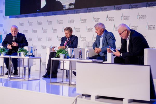 Europejski Kongres Finansowy 2021 w Sopocie. Na zdjęciu od lewej: Jan Krzysztof Bielecki, Leszek Balcerowicz, Marek Belka i Jerzy Hausner.