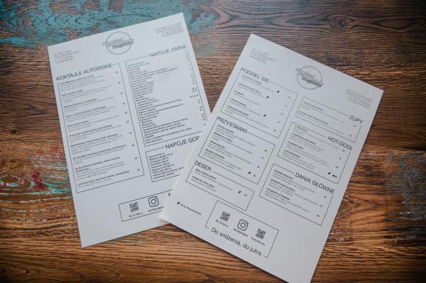 QR kody znajdziemy też na tradycyjnych kartach. Dzięki nim goście mogą szybko przenieść się na stronę restauracji bądź konta na portalach społecznościowych. Na zdj. menu gdyńskiej restauracji Niewinni Czarodzieje TrzyZero.