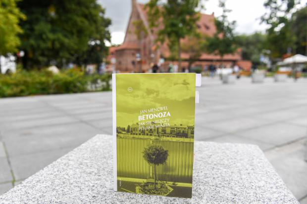 """Spotkanie z Janem Mencwelem o głośnej """"Betonozie"""" odbędzie się we wtorek o godz. 18:00 w Parku Hevelianum."""