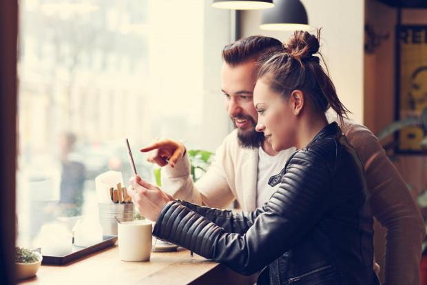Korzystanie przy restauracyjnym stoliku z telefonów komórkowych wiele osób nadal uważa za nietakt. M.in. dlatego tak ciężko przekonać im się do tego, aby sprawdzać menu na urządzeniach mobilnych.