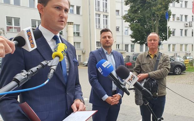 Wiceprezydent Piotr Grzelak (z lewej str.) poinformował, że całość transakcji ma się zamknąć w kwocie 45 mln zł.