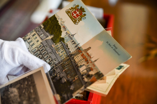Pocztówki z okresu XIX-XX wieku zawierają m.in. zdjęcia Wielkiego Młyna, gdańskich kościołów oraz Długiego Pobrzeża.