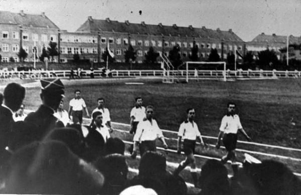 Zdjęcie z działalności Gedanii w okresie międzywojennym. W tle widoczne bloki przy ul. Kościuszki we Wrzeszczu.