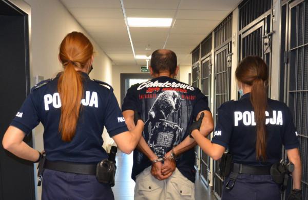 Policjantom udało się zatrzymać mężczyznę tuż po kradzieży, bo kościelny złodziej ubrany był w bardzo charakterystyczną koszulkę z nadrukowanym hołdem dla Żołnierzy Wyklętych.