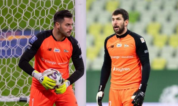 Zlatan Alomerović (z lewej) i Dusan Kuciak dostaną co najmniej po dwa mecze do bronienia nim trener Tomasz Kaczmarek wybierze bramkarza nr 1 w Lechii Gdańsk.