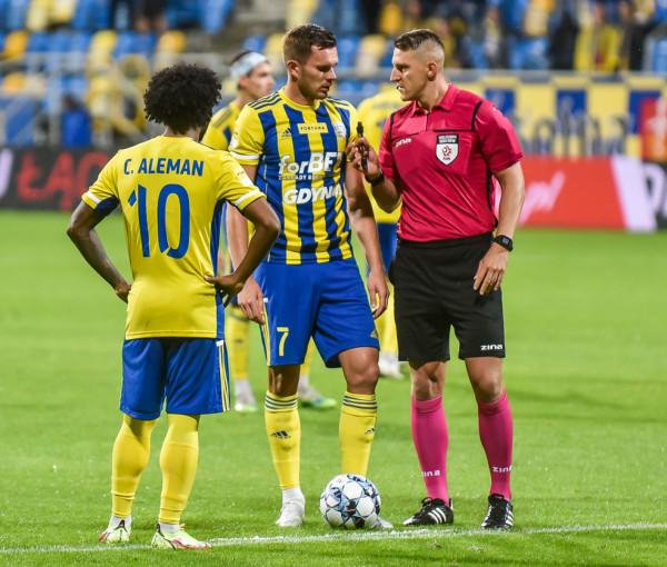 Adam Deja może zagrać w Katowicach, ale musi uważać na kartki, gdyż już czterokrotnie w barwach Arki Gdynia nie kończył meczu z tego powodu.