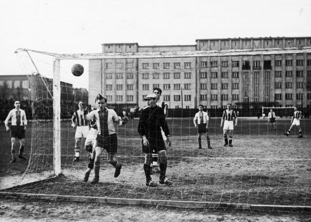 Mecz piłkarski Warszawianka vs Gedania, który został rozegrany 3 kwietnia 1939 r. Spotkanie zakończyło się wynikiem 1:3. Piłka w siatce gdańskiego bramkarza Klemensa Borusa (1913-1942).