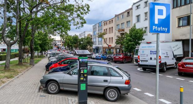 Miejsca parkingowe wokół Placu Górnośląskiego w Gdyni. Orłowo zostało od 1 lipca objęte płatnym parkowaniem.
