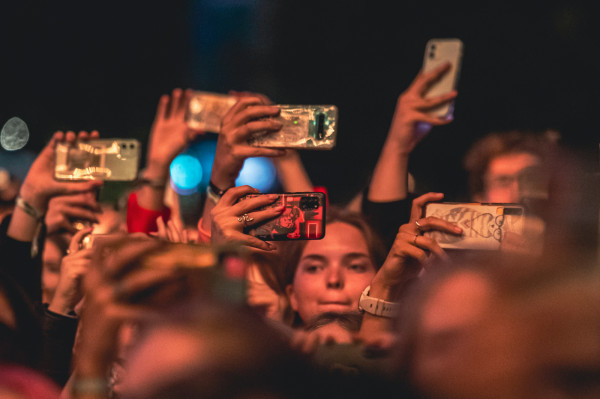 Jedną z największych kości niezgody między dorosłymi a nastolatkami jest ilość czasu spędzanego podczas korzystania z telefonów, które młodym towarzyszą teraz już wszędzie. Na zdjęciu: publiczność podczas koncertu Måneskin na Open'er Park w 2021 roku.