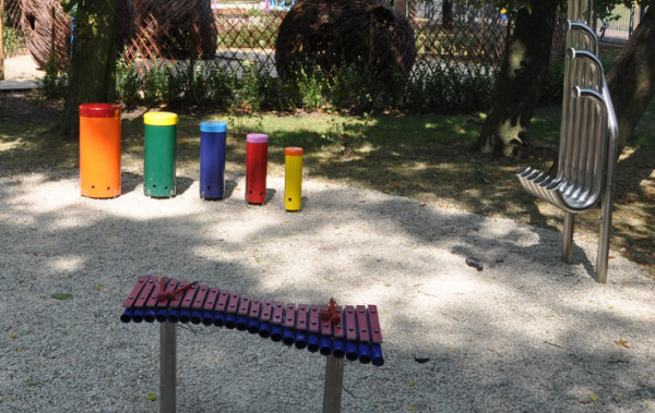 Parki muzyczne to miejsca z instrumentami do gry pod chmurką. Na zdjęciu przykładowa realizacja.