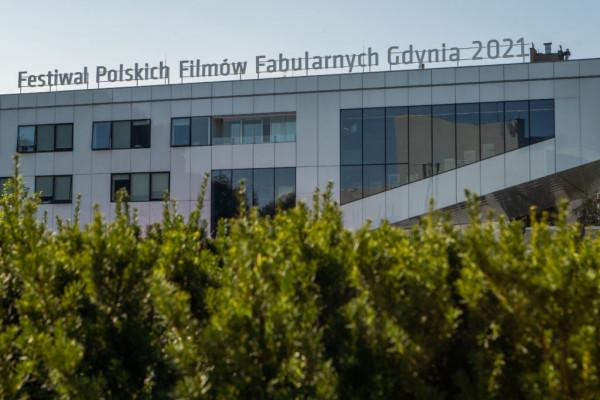 46. Festiwal Polskich Filmów Fabularnych odbędzie się w terminie 20-25 września 2021 roku w Gdyni. W tym roku organizatorzy wprowadzili rozwiązania, które mają uczynić go bardziej zielonym - mniej plastiku i drukowanych materiałów promocyjnych, zrównoważony transport oraz promowanie świadomości ekologicznej.