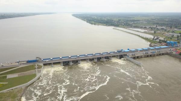 Niesione przez rzeki śmieci są źródłem zanieczyszczeń mórz i oceanów. Część z nich wyłapywana jest przez kraty elektrowni wodnych. Na zdjęciu Elektrownia Wodna Włocławek.