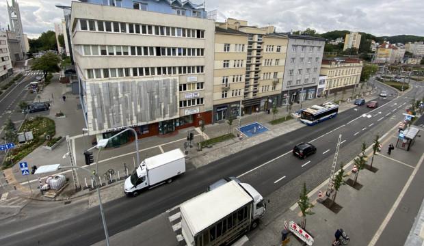 W miejscach, w których parkowały samochody, są teraz drzewa i szerszy chodnik.