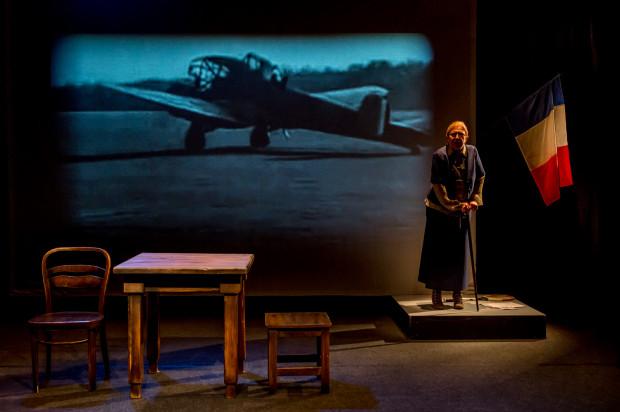 Umowną, bardzo dobrze skorelowaną z sytuacją sceniczną scenografię przygotował Jarosław Kluszczyński.
