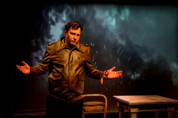 Ciężar prowadzenia spektaklu w roli narratora i syna spoczywa na Konradzie Michalaku.