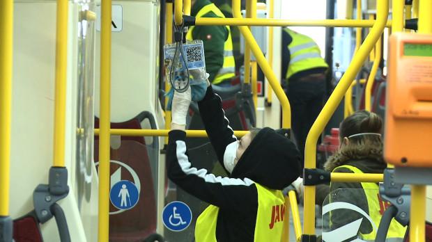 Tramwaje mają być odkurzane po każdym zjeździe do zajezdni, myte co minimum 10 dni i gruntownie czyszczone raz na kwartał.