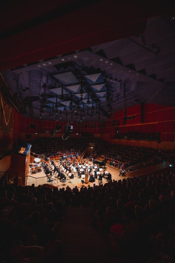Bilety na piątkową inaugurację sezonu w Filharmonii Bałtyckiej rozeszły się jak świeże bułeczki. Sala była tak pełna, na ile pozwalały przepisy sanitarne.