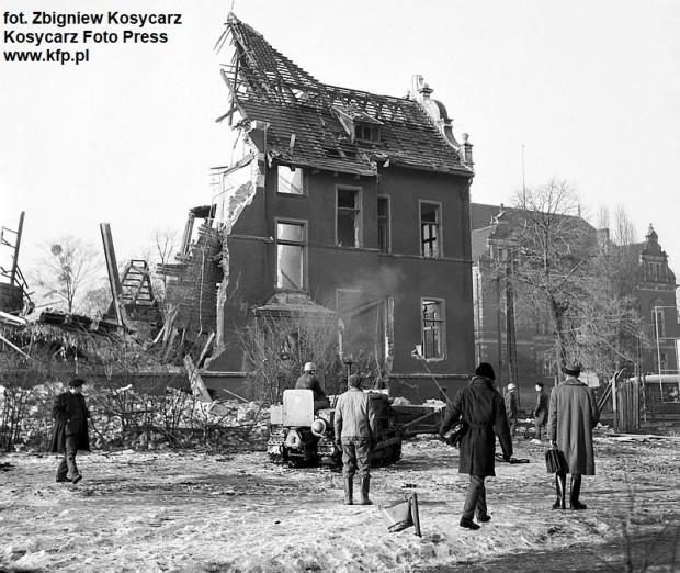 Prace przy rozbiórce budynku stojącego przy Hucisku w Gdańsku. W głębi widać ówczesną siedzibę klubu studenckiego Żak, dziś Nowy Ratusz - siedziba Rady Miasta Gdańska.
