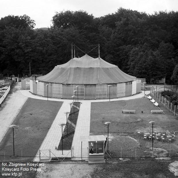 Zaadaptowany na potrzeby Teatru Letniego namiot cyrkowy stał przy ul. Haffnera w Sopocie.