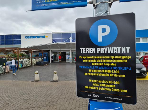 """Na parkingu przy Castoramie w Oliwie nie można zapłacić za postój, ale można dostać """"mandat"""". Nietypowy system zaskakuje kierowców, którzy po powrocie do samochodu znajdują wezwania do zapłaty."""