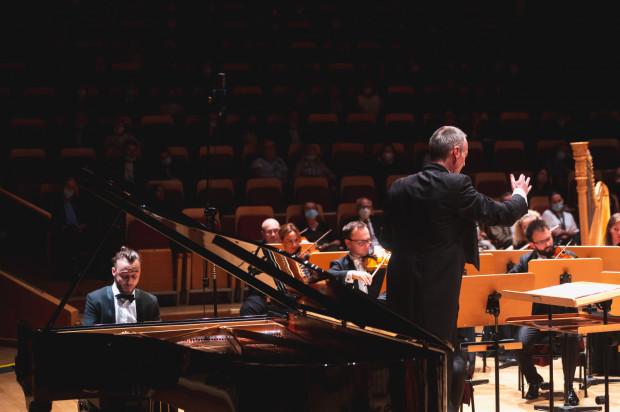 Rumuński pianista Daniel Ciobanu wykonał, z towarzyszeniem Orkiestry PFB, II Koncert fortepianowy F-dur op. 102 Dymitra Szostakowicza.